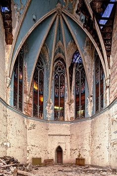Abandoned cathedral in Buffalo, NY Quelle domage! someone should restore this.