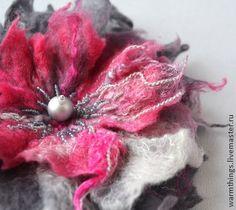 валяная брошь-цветок `ВКУС МАЛИНОВОГО ЛЬДА`. Брошь-цветок, выполнена в технике мокрого валяния, расшита бисером, 3-х слойная. Лепестки у цветочка плотные, держат форму, пропитаны специальным составом для войлока!
