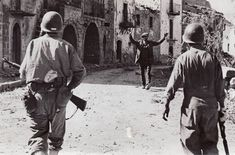 An Italian civilian with upraised hands greets the first GIs into Troina after a brutal battle lasting nearly a week in early August American War, American Soldiers, South East Europe, Italian Campaign, Female Marines, Man Of War, History Images, Military Photos, World War Two