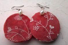 Orecchini realizzati con tappi di plastica squagliati, colori, brillantini e vecchi collant della mia bimba!