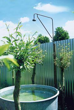 Tag et frisk brusebad i haven, der er indrettet som en udendørs bolig. Hollandsk have kombinerer badekar og havebassin med en enkel udebruser.