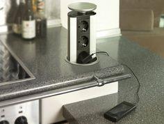 Praktikusan elhelyezhető az irodai bútorokban, íróasztalokban, konyhabútorokban, szigetekben vagy bármilyen egyéb felületben, ahol csak időszakosan van szükségünk a 230 voltos hálózati aljzatokra, pl. telefon akkumulátor töltés.
