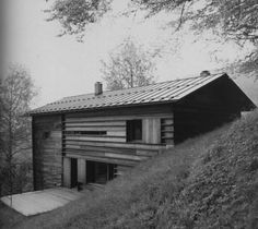 "Peter Zumthor - Haus Truog ""Gugalun"", Versam, 1994 Also nice with garage below Peter Zumthor, Sustainable Architecture, Modern Architecture, Ancient Architecture, Steel Barns, Small Buildings, House In The Woods, House Design, House Styles"