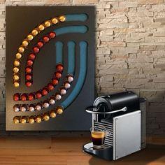 Meer dan een pod, een echte decoratieve ontwerp en grafisch object range -Kunt u voor het opslaan van 70 type Nespresso capsules -Afmetingen: 60cm x L 40 cm H -Craft 100% Franse houten product -Achtergrond geschilderd in blauw kever standaard maar afneembare en aanpasbare -Originele cadeau idee