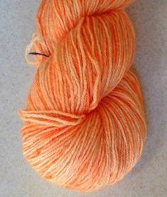 Lys orange håndfarvet strømpegarn med diskret glitter.  Garn i en tynd kvalitet en  populær garntykkelse til mange strikkeprojekter. Garnet et 3-trådet og velegnet til jumpere, tørklæder og alle beklædningsdele, der bæres tæt på huden, da det er meget blødt og er håndfarvet i en smuk orange. Jeg har håndfarvet med farveægte og ugiftig syrefarvestof fra dansk producent.  De små nøgler på 25 gram vil være fine til Fair Isle strik eller alle andre projekter der kræver mange farver i små…