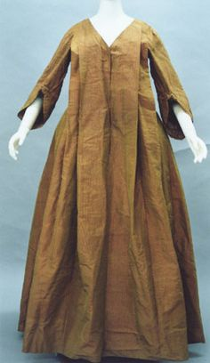 Dress (robe volante) Yellow and red changeable striped silk taffeta with racket sleeves (manches en raquette); large pleats at front and back. 18th Century Dress, 18th Century Fashion, 19th Century, Medieval Clothing, Historical Clothing, Female Clothing, Historical Costume, Dress Name, Vintage Outfits
