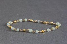 Fil enveloppé saphir Bracelet avec la Pyrite, or rempli ou en argent, des bijoux saphir gris bleu, Bracelet chapelet délicat on Etsy, 33,13€