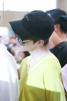 Jimin wearing yellow!! They finally arived at Japan for their Wings concert