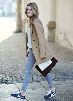 Showcase your outfit coordination expertise by putting together a camel coat and grey skinny jeans for a casual getup. Dial down this look by rounding off with navy low top sneakers. Look Fashion, Fashion Models, Fashion Outfits, Womens Fashion, Fashion Trends, Fashion Bags, Looks Street Style, Street Look, Mode Chic