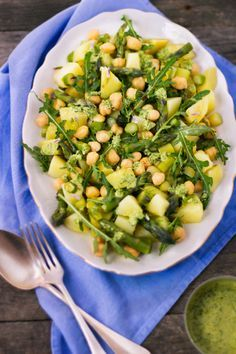 Insalata di patate, asparagi e ceci con pesto di erba cipollina.