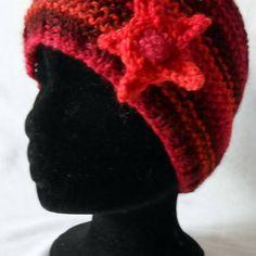 306f56f3353 Un Grand Marché   Femmes flamboyantes en Automne · Bonnet femme tricoté  main en laine fantaisie coloris orange