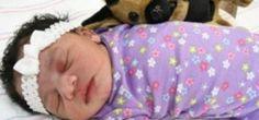 Bebê encontrada ainda com o cordão umbilical em parque de...