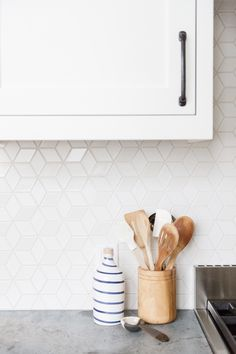 11 types of white kitchen splashback tiles: Add interest with shape over colour White kitchens don't have to be boring, especially when you add visual texture with interesting tile shapes. Here are 11 white kitchen splashback tiles. Kitchen Splashback Tiles, Kitchen Countertops, Modern Kitchen Backsplash, Splashback Ideas, Soapstone Counters, Kitchen Backplash, Patterned Kitchen Tiles, Kitchen Prints, Kitchen Island