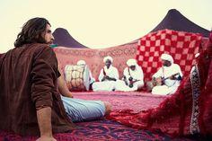 """Mit Camel Active zu Gast bei Beduinen in der Erg Chebbi (Sahara) Marokko. Ein Foto aus der aktuellen Frühjahr-Sommer Kampagne """"Roadtrip durch Marocco - Urbane Nomaden""""."""