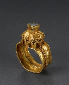 Signet ring pyramidal. Gold, filigree, garnet - late sixth - early seventh century. Louvre Museum