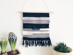 This weaving wall hanging belongs to my sustainable art collection: it is made with yarns leftovers or vintage wool I find in secondhand markets or