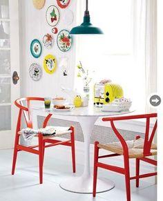 お部屋の中がパッと華やぐ赤のYチェアのある空間。白を基調としたインテリアに置く事で、さらに存在感を増します。ポップで明るいお部屋づくりにぴったりなYチェアです。