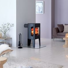 Small Cast Iron Wood Stove by Jotul – Modern F 163 Small Fireplace, Wood Fireplace, Foyers, Wood Pellet Stoves, Fireplace Heater, Tiny House Cabin, Wood Burner, Herd, Home Decor Furniture