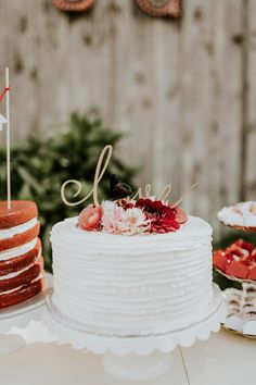 Single tier white wedding cake with marsala and blush florals | Image by Vic Bonvinci Photography