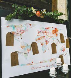 Sitzplan als Weltkarte im Wasserfarben-Design mit Labels aus Kraftpapier – watercolor world map seating plan with kraft paper tags
