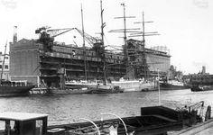 """Sint Jobshaven met het gebouw van """"blauwhoedenveem"""" 1929"""