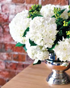 You can never go wrong with white flowers {Photography by Virginia Macdonald}