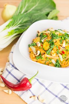 makaron ryżowy z sosem orzechowym wegański