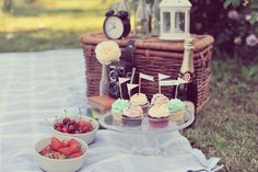 Vintage picnic engagement shoot by http://landvphotography.it