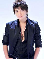 Hình ảnh ca sĩ Ngô Kiến Huy đẹp trai nam tính với tông màu đen, trong bộ trang phục vecton màu tối, kết hợp với áo sơ mi đen