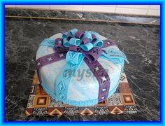 dáreček s modro-fialovou mašlí