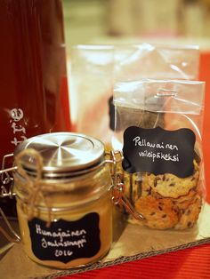 Herkkukori lahjaksi - kuusi ihanaa reseptiä | Kaikki Paketissa Food Gifts, Diy Gifts, Candle Jars, Candles, Diy And Crafts, Christmas Gifts, Alcohol, Sweets, Snacks