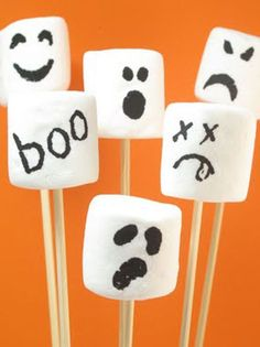 Ghost marshmallow pops and 35 other ghostly treats, snacks and drinks for Halloween. Fun food for your Halloween party. Ghost treats and snacks. Halloween Snacks, Diy Festa Halloween, Postres Halloween, Recetas Halloween, Casa Halloween, Soirée Halloween, Halloween Cupcakes, Holidays Halloween, Halloween Decorations
