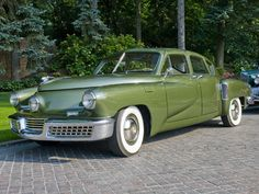 amazing cars The 1948 Tucker Torpedo. First car to feature standard seatbelts, safety glass, and the only car built (to my knowlege) with a headlight that moved left to right with the whe Tucker Automobile, Vintage Cars, Antique Cars, Jaguar Type E, Old Classic Cars, Us Cars, Cars Land, First Car, Amazing Cars