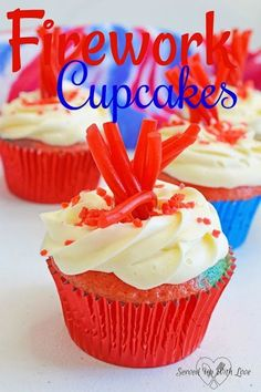 Firework Cupcakes recipe from Served Up With Love are sure to be a blast at your of July Celebrations. No Bake Desserts, Easy Desserts, Cupcake Recipes, Dessert Recipes, Fireworks Cake, Summer Cupcakes, Frozen Chocolate, Apple Smoothies, Cupcake Cookies