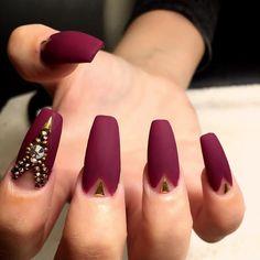 Nail art red design with golden accesories - Uñas decoradas de rojo con accesorios dorados