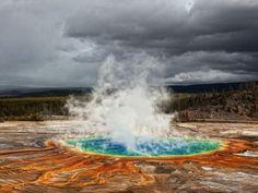 Le Grand Prismatic Spring, aux États-UnisLeGrand Prismatic Spring, situé dans le parc national Yellowstone (Etats-Unis),est un énorme bassin d'eau chauffée à plus de 70 °C. Ce cratère géant de 112 mètres de diamètre et de 37 mètres de profondeur est, en majorité, composé de soufre et d'oxyde de fer. Desorganismes thermophilesbruns, jaunes, verts et bleus, habitent et colorent ses eaux chaudes.Chaque minute, plus de deux mille litres d'eau brûlante montent des entrailles de la terre et…