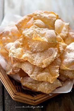 Le Chiacchiere di Carnevale, le golose Sfoglie fritte spolverate di zucchero a velo, sono il Dolce di Carnevale per eccellenza insieme alle Castagnole, che a seconda della regione italiana in cui veng