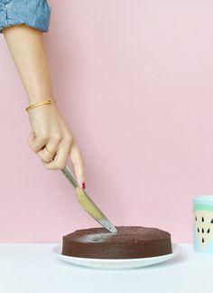 Je vous propose comme toujours une version vegan et sans gluten d'un gâteau au chocolat simplissime ! Il est super rapide à réaliser et on peut le manger tiède ou froid. C'est le goûter parfait des journées d'automne, accompagné d'un petit thé bien chaud ! www.sweetandsour.fr