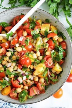Knuspriger Kichererbsen-Tomaten-Salat Rezept (vegan + glutenfrei) Crunchy chickpea and tomato salad recipe with cumin and parsley (vegan + gluten-free) für das Abendessen Healthy Dinner Recipes, Vegetarian Recipes, Snacks Recipes, Vegan Vegetarian, Easy Recipes, Snacks Ideas, Healthy Lunches, Easy Snacks, Eating Healthy
