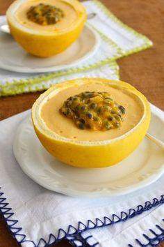 Receita de musse de maracujá com gengibre, com um toque charmoso se for servida dentro das cascas do próprio maracujá.
