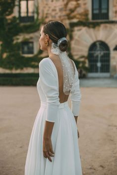 Bridal hairstyle, low bun with polka dotted tulle scarf. sleeve minimalist wedding dress with low back. Wedding Looks, Wedding Bride, Dream Wedding, Wedding Day, Hair Wedding, Wedding Black, Headpiece Wedding, Wedding Outfits, Boho Wedding
