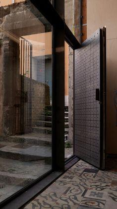 Cahute au cœur de Lyon. Façade acier, tôle acier perforée et carreaux de ciment.