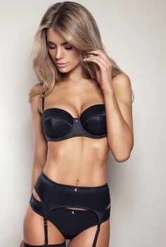 Photoshop flub! Big one!!! ...Or otherwise that's a picture of a model getting tortured with a not at all fitting bra.   Well, on me the black Superboost Satin Strapless Bra by Gossard looks and fits fine.