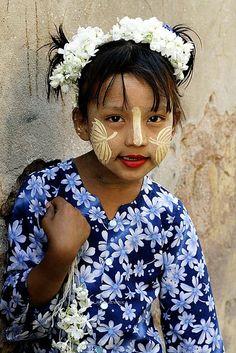 Mandalay, BurmaGirl con flores.  Sitio web: www.aniablazejewska.com