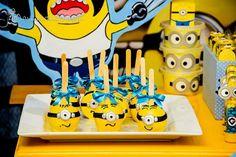 Amo a mistura entre as cores azul e amarela e elas ganharam destaque nessa decoração inspirada no filme Meu Malvado Favorito.Os Minions invadiram a festa de 4 anos do Henrique e encheram os olhos …