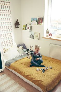 http://makoweczki.pl/ Amazing Bedroom with mastress on the floor (Montessori) Love the idea of the shelves near the bed, for the evening story: