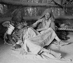 एक झोपड़ी में महिला की डिलिवरी, फोटोग्राफर ने दिखाए Photos