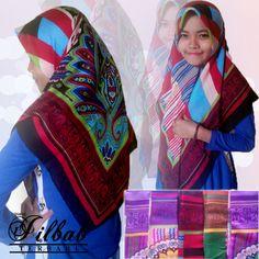 Jilbab segi empat tirex melya 01. jenis jilbab ini adalah salah satu dari motif yang banyak sekali peminatnya, dikarenakan harga yang murah juga motif yang cantik, bahan terbal tidak terawang dan adem saat dikenakan. Harga : Grosir pembelian min 5 pcs @35.000,- ecer 35.000,-