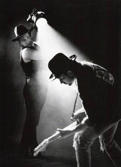 Deze foto is gemaakt door Anton Corbijn, hij is gemaakt in opdracht van U2, die ook worden afgebeeld, de foto is gemaakt in 1993. Je ziet duidelijk het contrast licht-donker.
