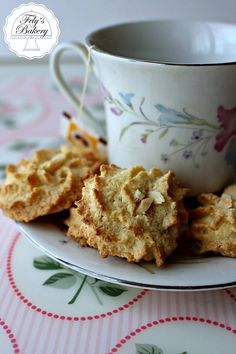 I biscotti con farina di mandorle sono un dolce tipico siciliano. Pochi ingredienti e tanto gusto, ecco la ricetta: prevede solo 3 ingredienti.